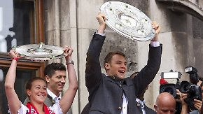 Party auf dem Rathausbalkon: FC Bayern München feiert gemischtes Double