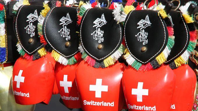 Daran kommt wohl kein Tourist vorbei: Schweizer Souvenir-Kuhglocken.