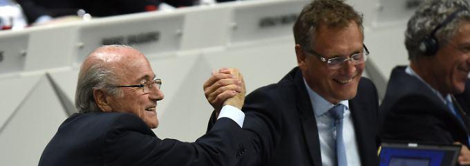 """Blatter und Fifa-Generalsekretär Valcke beim """"Handshake for peace""""."""