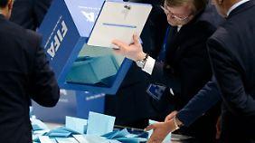 Kritik von allen Seiten: Blatters Wiederwahl spaltet den Welt-Fußball