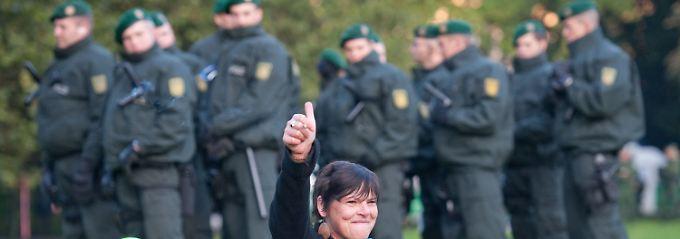 Die Polizei und eine Demonstrantin.