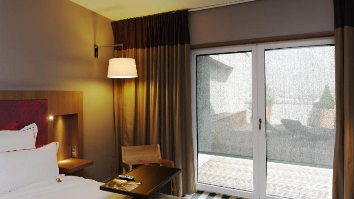 die hitze nicht hereinlassen sonnenschutz f r das haus n. Black Bedroom Furniture Sets. Home Design Ideas