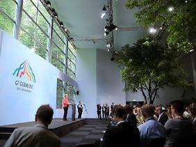 Für nur eine Pressekonferenz ließ die Bundesregierung einen imposanten Saal errichten.