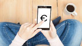 Aus Sicht von Verbraucherschützern sind die Risiken beim bargeldlosen Bezahlen nicht zu unterschätzen