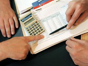 Schuldnerberater haben viel zu tun. In Deutschland sind 6 bis 7 Millionen Menschen verschuldet.
