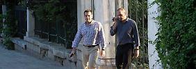 Der griechische Premier Alexis Tsipras (l.) und Finanzminister Yanis Varoufakis gestern in einem Athener Park.