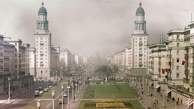 Die Türme am Frankfurter Tor sollten an die Domkuppeln am Berliner Gendarmenmarkt erinnern. Die Allee wurde als überdurchschnittlich breiter Grünstreifen mit einer relativ schmalen Autostraße angelegt.