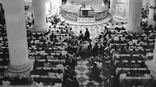 Das Archivfoto vom November 1989 zeigt Teilnehmer an einem Friedensgebet in der Leipziger Nikolaikirche.