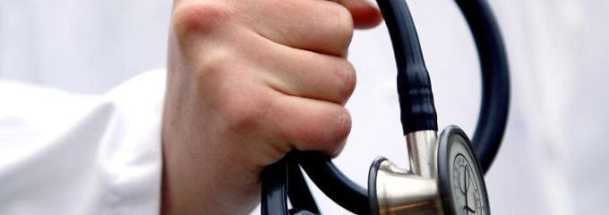 Arztbesuch vorbereiten: Befunde mitbringen und Fragen notieren - n-tv.de