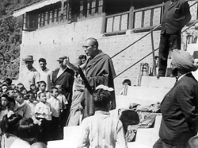 Der Dalai Lama weiht 1970 ein Kinderheim am Himalaya ein. Nach dem Scheitern des Volksaufstands in Tibet im März 1959 gegen die Chinesen war er ins benachbarte Indien geflohen.
