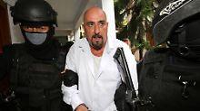 Serge Atlaoui wird von maskierten Bewachern zum Gericht gebracht.