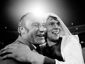 Jürgen Sparwasser und Trainer Heinz Krügel nach dem EC-Gewinn 1974.
