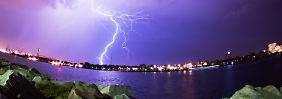 Blitze über dem Hafen von Rostock