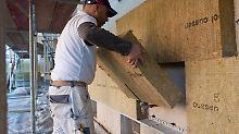 Soll die Fassade einen neuen Anstrich bekommen oder die Fenster ausgetauscht werden, dämmt man aus Kostengründen am besten gleich die Außenwände mit.