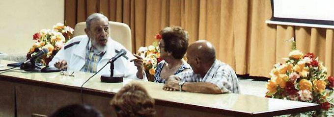 Vier Stunden zum Thema Käse: Ein von Kubas Staatsmedien verbreitetes Foto vom vergangenen Freitag. Es soll Fidel Castro in einem Institut für Lebensmittelforschung zeigen.