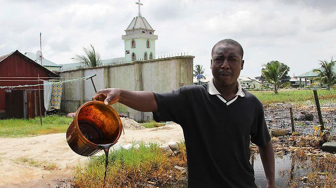 Auch Umweltzerstörung haben viele internationale Konzerne gebracht. Immer wieder lecken die Pipelines von Shell und verseuchen die Landschaft im Niger-Delta.