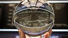Auch eine Glaskugel hilft nicht: Aktienkurse entwickeln sich zufällig, sagen Wissenschaftler. Vorhersagen über künftige Kurse lassen sich daher nicht treffen.