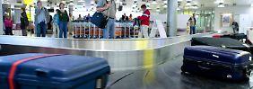 Bunte Gepäckbänder können die Suche erleichtern, wenn der Koffer beim Flug verloren gegangen ist.