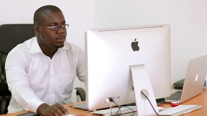 """Raindolf Owusu (24) hat Afrikas ersten Internetbrowser entwickelt. Er wird auch der """"Mark Zuckerberg von Afrika"""" genannt."""
