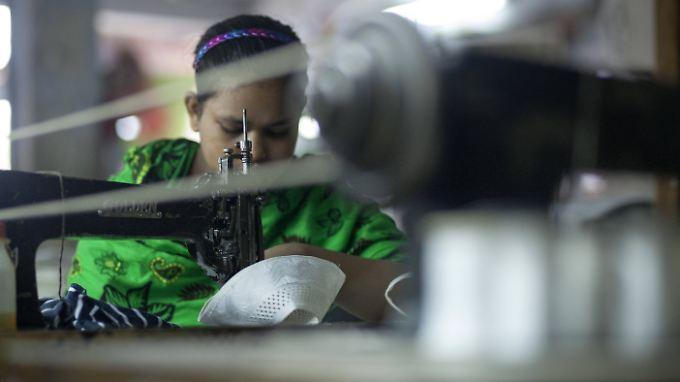 Näherin in Bangladesh: 20 Jahre hat das Land viel daran gesetzt, die Branche nach vorne zu bringen. Inzwischen belegt es weltweit Platz Drei.