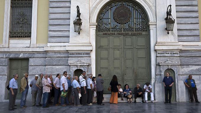 Bevor die Banken öffneten, bildeten sich vor einigen Filialen Schlangen.