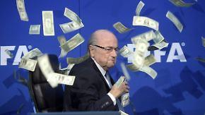 Geldregen für Blatter: Comedian sorgt für Eklat bei Fifa-Pressekonferenz