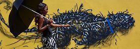 ... haben faszinierende Murals entdeckt, die sie nun in ihrem Buch dokumentieren - wie dieses Bild im namibischen Windhoek. Immer wieder versuchen die Autoren dabei, das Werk mit den Menschen drumherum in Beziehung zu setzen.