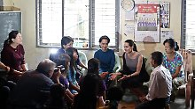 Hollywoodstar in Südostasien: Angelina Jolie trifft burmesische Näherinnen