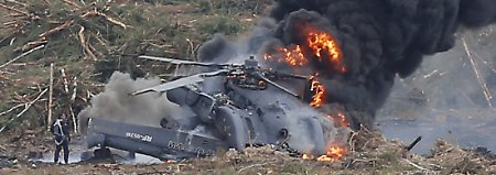 Der Helikopter prallte während der Armeespiele auf der Erde auf und ging in Flammen auf.