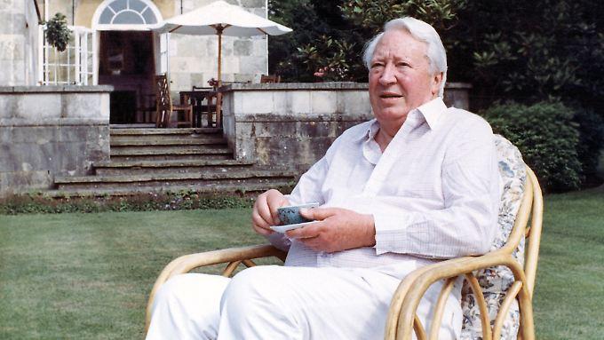 Heath mit einer Tasse Tee in seinem Garten in Salisbury.