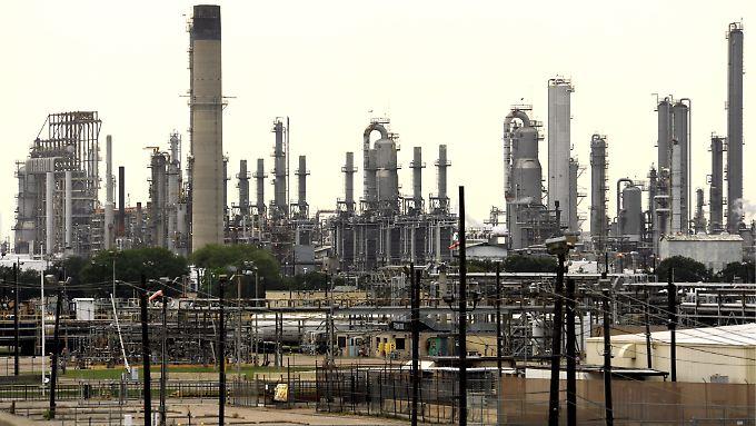 Grauer Himmel über der Shell-Ölraffinerie in Baytown, Texas.