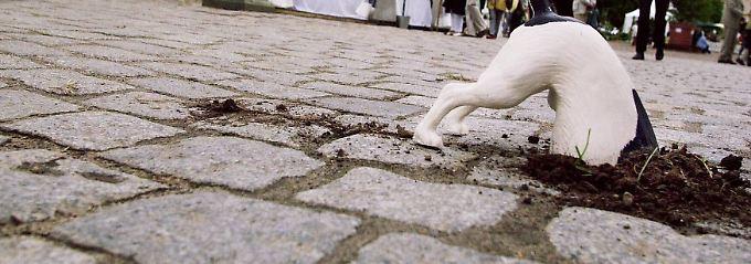Die Skulptur des Sylter Künstlers Stephan Kirchner nimmt das Verhalten von Hunden mit einem Augenzwinkern auf.