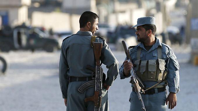 Afghanische Sicherheitskräfte bewachen die Nato-Basis in Kabul, die in der Nacht angegriffen wurde.