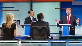 Donald Trump - hier bei der Debatte am Donnerstag - liegt bei Umfragen unter den republikanischen Wählern klar vorn.