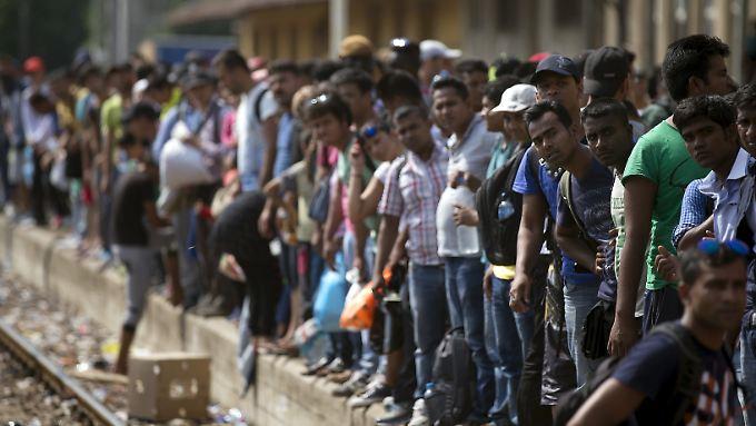 Bundesinnenminister Thomas de Maiziere will eine neue Prognose vorlegen, wieviele Flüchtlinge nach Deutschland kommen: es werden deutlich mehr als die bisher geschätzten 450.000.
