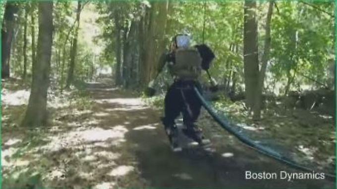 """Auf dem Weg zum Terminator: Roboter """"Atlas"""" rennt durch den Wald."""