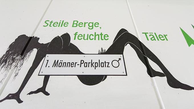 Triberg liebts niveaulos: Die Schwarzwaldgemeinde wirbt für Männerparkplätze mit einer nackten Frau.