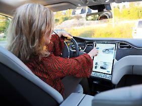 Nina in ihrem Tesla S. Der Wagen muss seltener in die Werkstatt, sagt sie.