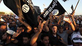 """Anhänger von """"Ansar al-Scharia"""" 2012 in Bengasi. Die Gruppe bildet zwei Jahre später die erste IS-Filiale in Libyen."""