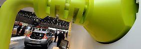 Ein überdimensionaler Stromstecker in einer Wand des Volvo-Stands beim Autosalon in Genf.