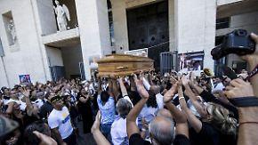 Mit Rosen, Kutschen und Posaunen: Mafia trägt verstorbenen Boss prunkvoll in Rom zu Grabe