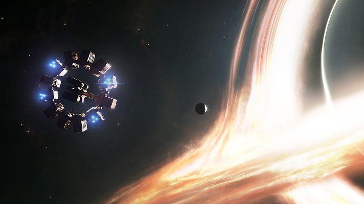 """In dem Film """"Interstellar"""" fliegt die Hauptfigur ebenfalls in das Schwarze Loch Gargantua - und überlebt."""
