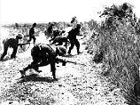 Indische Truppen greifen 1965 einen Stützpunkt der pakistanischen Armee bei Lahore an.
