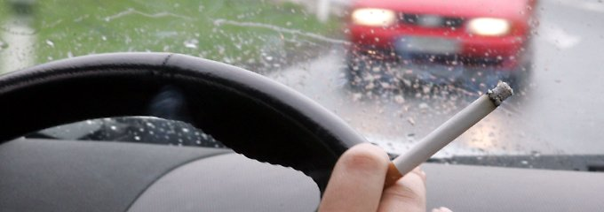 Zigarette am Lenkrad: Die Drogenbeauftragte erinnert an das Gesundheitsrisiko für mitreisende Minderjährige.