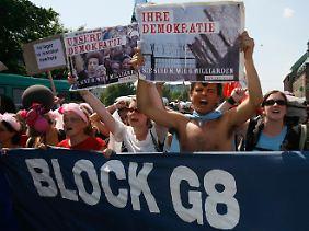"""""""Sie sind 8, wir 6 Milliarden"""": Gegner des G8-Gipfels in Heiligendamm 2007."""