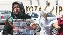 """Auch die Zeitung """"Bugün"""" gehört zu dem durchsuchten Medienkonzern - vor dem Gebäude kommt es zu Protesten."""