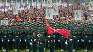 Große Militärparade in Vietnam: Soldaten marschieren durch Hanoi