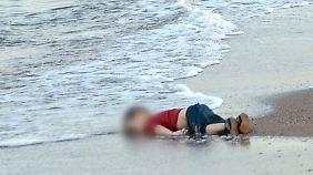 """""""Fortgespülte Menschlichkeit"""": Ein Foto steht für Trauma vieler Flüchtlingskinder"""