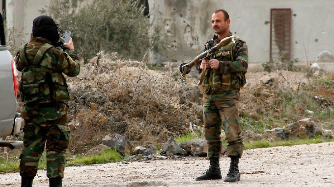 Ein syrischer Soldat posiert mit einer russischen Panzerbüchse des Typs RPG-7.