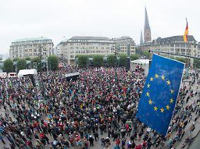 """""""Hamburg bekennt Farbe"""": Auf dem Hamburger Rathausmarkt nehmen an der Protestkundgebung gegen Rechte und Neonazis mehrere tausend Menschen teil."""